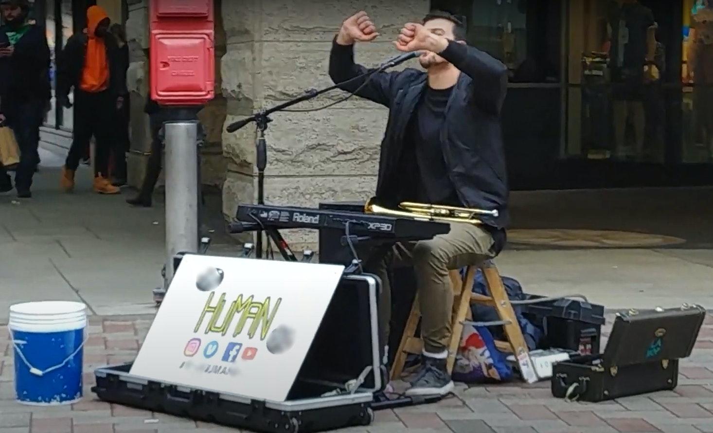 Las organizaciones benéficas, los músicos callejeros y los mendigos no se sienten tan festivos en la sociedad sin efectivo 102
